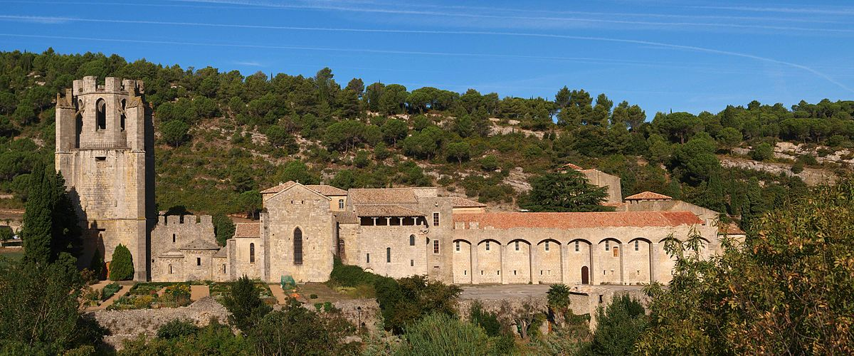 1200px-Panorama_lagrasse_abbaye