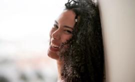 Portrait de la chanteuse Thaïs Lona